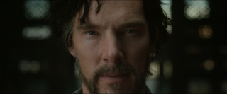 Doctor Strange: un primo piano di Benedict Cumberbatch nel teaser trailer del film Marvel