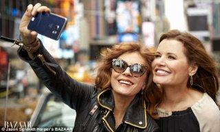 Susan Sarandon e Geena Davis rievocano THelma & Louise su Harper's Bazaar nel 2016