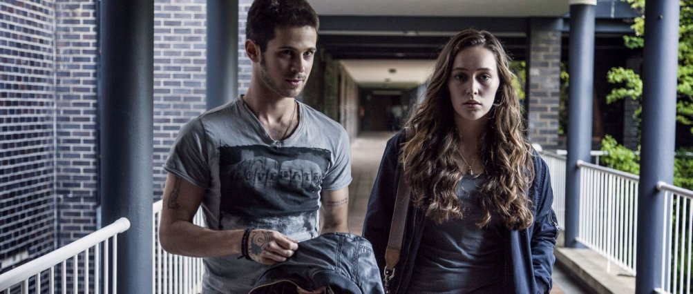 Friend Request - La morte ha il tuo profilo: Alycia Debnam-Carey e Connor Paolo in una scena del film
