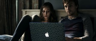 Friend Request - La morte ha il tuo profilo: Alycia Debnam-Carey e William Moseley in una scena del film