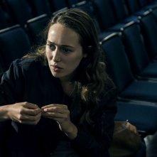 Friend Request - La morte ha il tuo profilo: una preoccupata Alycia Debnam-Carey in una scena del film
