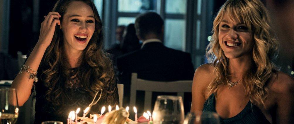 Friend Request - La morte ha il tuo profilo: Alycia Debnam-Carey e Brit Morgan sorridenti in una scena del film