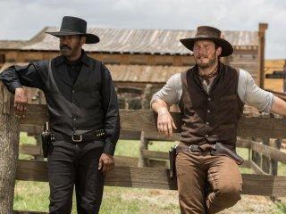 The Magnificent Seven: Denzel Washington e Chris Pratt in una scena del film