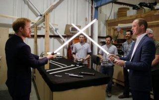 William e Harry combattono con le spade laser ai Pinewood Studios