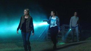 Fear the Walking Dead: Kim Dickens, Alycia Debnam-Carey e Frank Dillane nell'episodio We All Fall Down