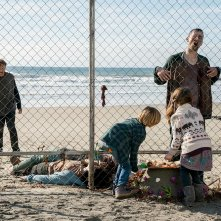 Fear the Walking Dead: i bambini giocano accanto ai walker in una foto di We All Fall Down