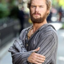 Iron Fist: Finn Jones sul set durante le riprese