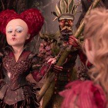 Alice attraverso lo specchio: Mia Wasikowska e Helena Bonham Carter in un'immagine del film