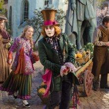 Alice attraverso lo specchio: Mia Wasikowska e Johnny Depp in un momento del film
