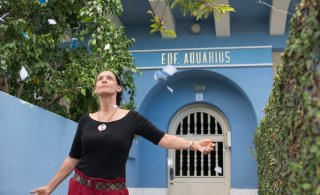 Aquarius: Sonia Braga in una scena del film