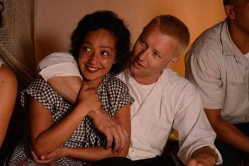 Loving: Joel Edgerton e Ruth Negga sorridenti in una scena del film