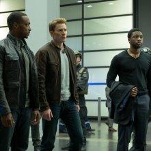 Captain America: Civil War - Anthony Mackie, Chris Evans e Chadwick Boseman in un momento del film