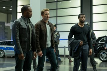 Captain America: Civil War - Anthony Mackie, Chris Evans e Chadwick Boseman in un momento del film