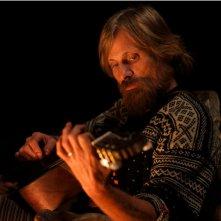 Captain Fantastic: Viggo Mortensen suona la chitarra in una scena del film