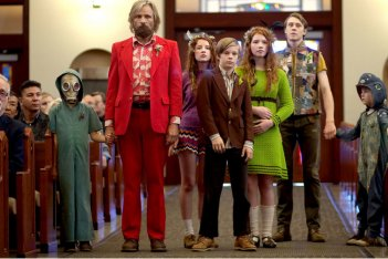 Captain Fantastic: Viggo Mortensen con gli altri giovani protagonisti del film in una scena
