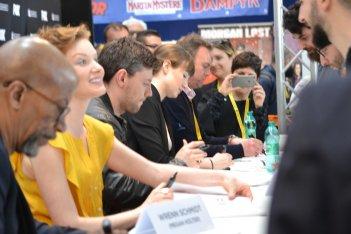 Comicon 2016: il cast di Outcast durante la sessione di autografi