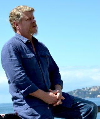 The Walking Dead: Michael Cudlitz posa con lo sfodo del Golfo di Napoli