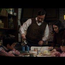Francisco Sanctis's Long Night: Diego Velázquez con la famiglia in una scena del film