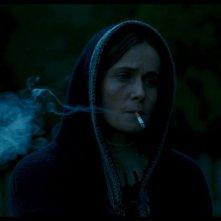 Fräulein - Una fiaba d'inverno: Lucia Mascino fuma pensierosa in una scena del film