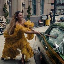 Lemonade: Beyoncé in azione nella scena più distruttiva del suo rivoluzionario visual album