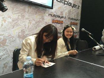 Azumi Inoue e la figlia Yuyu firmano autografi al Comicon 2016