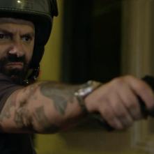 Si vis pacem para bellum: Stefano Calvagna con una pistola in mano in una scena del film
