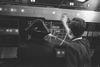 Star Wars: Episode VIII - Ryan Johnson sul set a fianco di un inteprete con uno strano cappello
