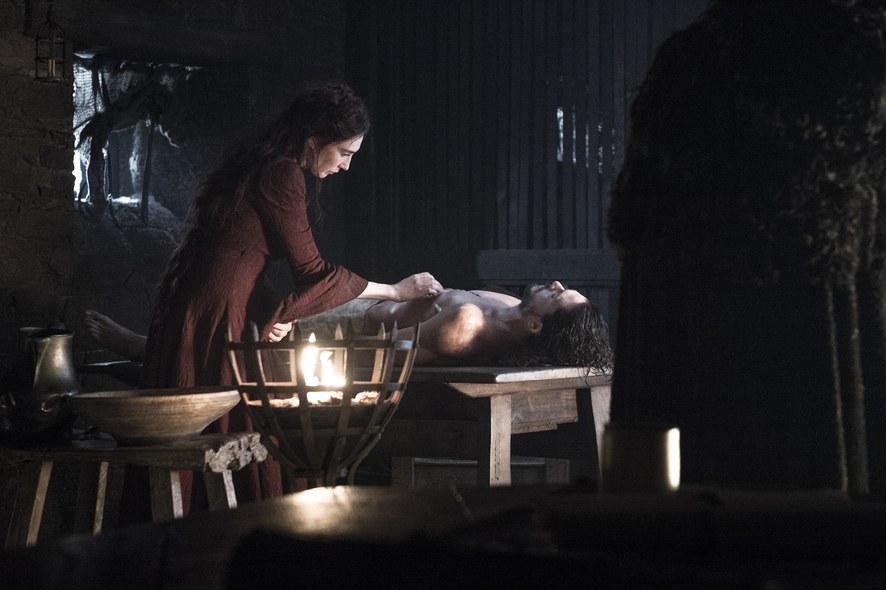 Il trono di spade: Melisandre accanto al corpo di Jon Snow in Home