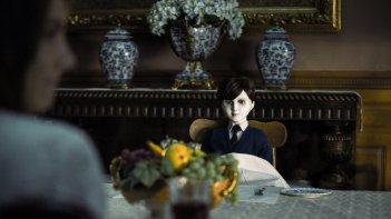 The Boy, il bambolotto Brahms in una scena del film