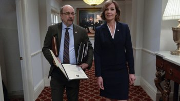 West Wing: Richard Schiff e Allison Janney in una foto della serie