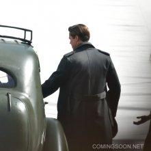 Allied: Brad Pitt si accinge a salire su un'auto