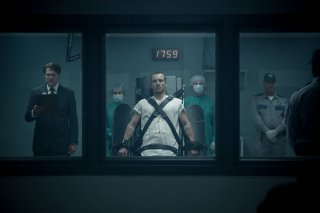 Assassin's Creed: Michael Fassbender legato visto attraverso una finestra