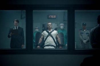 Assassin's Creed: Michael Fassbender legato visto attraverso una finestra