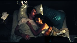 Paterson: Adam Driver e Golshifteh Farahani stesi a letto in una scena