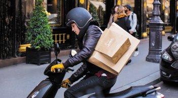 Personal Shopper: Kristen Stewart in motorino in una scena del film