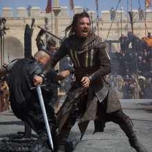 Assassin's Creed: Michael Fassbender scatenato in battaglia
