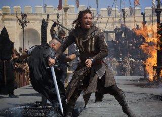 Assassin's Creed: Michael Fassbender scatenato in battaglia