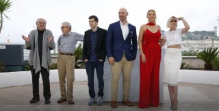 Cafe Society: Wooody Allen circondato da Blacke Lively, Corey Stoll, Kristen Stewart e Jesse Eisenberg a Cannes