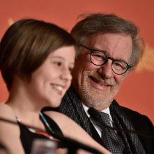 The BFG: Steven Spielberg e Ruby Barnhill durante la conferenza stampa a Cannes 2016