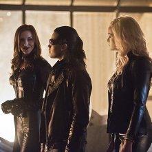 The Flash 2: foto di gruppo per Katie Cassidy (Black Siren), Carlos Valdes (Reverb) e Danielle Panabaker (Killer Frost)