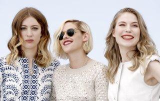 Personal Shopper: Kristen Stewart insieme alle colleghe al photocall di Cannes