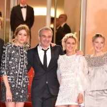 Cannes 2016: un immagine di Kristen Stewart, Olivier Assayas, Lars Eidinger e Sigrid Bouaziz sul red carpet di Personal Shopper