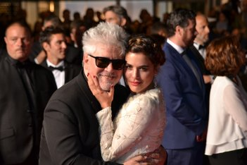 Cannes 2016: Pedro Almodóvar e Adriana Ugarte in uno scatto sul red carpet di Julieta