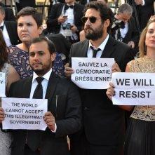 Cannes 2016: Immangine di protesta dal tappeto rosso del film Aquarius