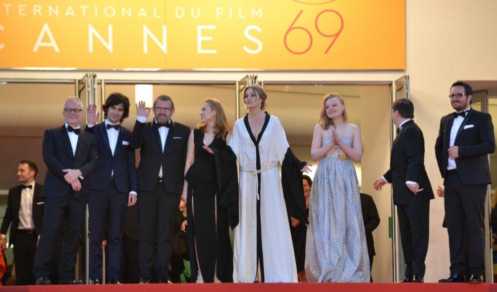 Cannes 2016: uno scatto di Cristian Mungiu, Maria Drägus, Malina Manovici, Rares Andrici, Adrian Titieni sul red carper per Bacalaureat