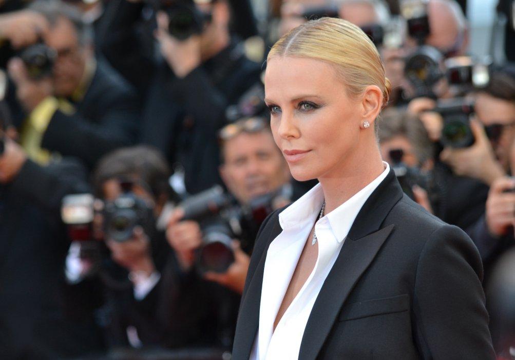 Cannes 2016: la bellissima Charlize Theron sul red carpet di The last Face