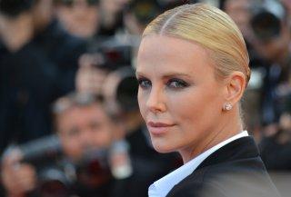 Cannes 2016: un primo piano di Charlize Theron sul red carpet di The last Face