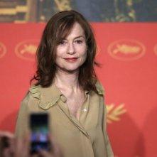 Elle: Isabelle Huppert in un momento della conferenza stampa a Cannes 2016