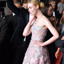 Cannes 2016: uno scatto di Elle Fanning sul red carpet di The neon Demon