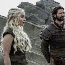 Il trono di spade: Emilia Clarke e Michiel Huisman in The Door